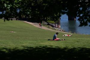Warm weather in May prompts Portlanders to seek some sun